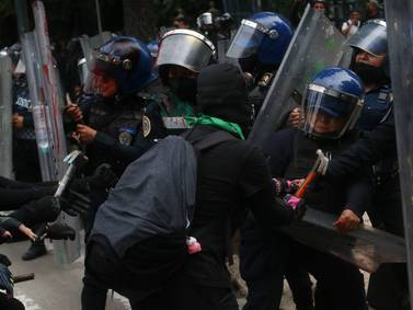 Zócalo es nuevamente campo de batalla de feministas y policías
